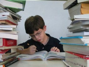 foto-de-niño-estudiando-con-muchos-libros