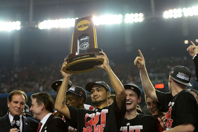800px-Peyton_Siva_hoists_Louisvilles_NCAA_championship_trophy_in_2013