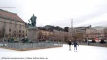 En Estocolmo hay una pista de hielo urbana en el centro. Un romano está verde, de la envidia.