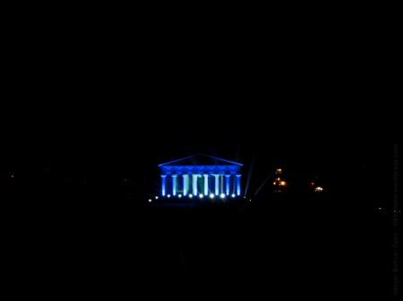 La fachada de los Jardines de Lineo, iluminada tras los fuegos.