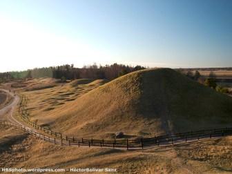 Montículos bajo los cuales están las tumbas de los reyes vikingos. Vista desde el oeste.