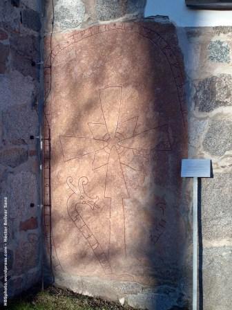 Piedra con dibujos empotrada en el ábside de la iglesia-