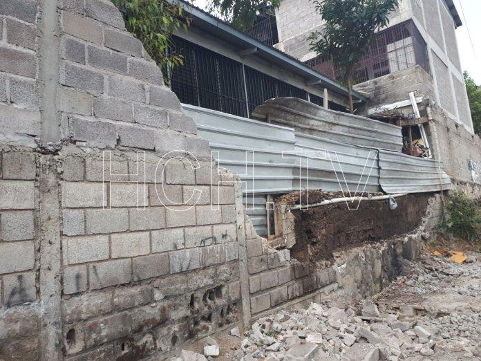 ¡ Cede Muro de Colegio ! en colonia Altos del Paraíso