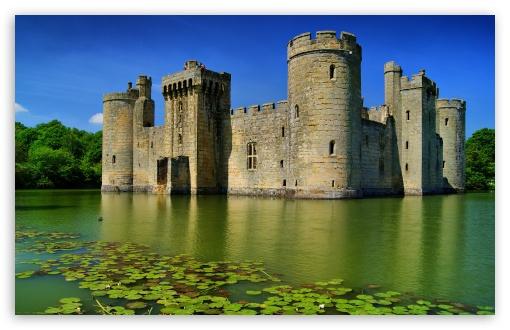 Un castillo medieval en medio de un lago.