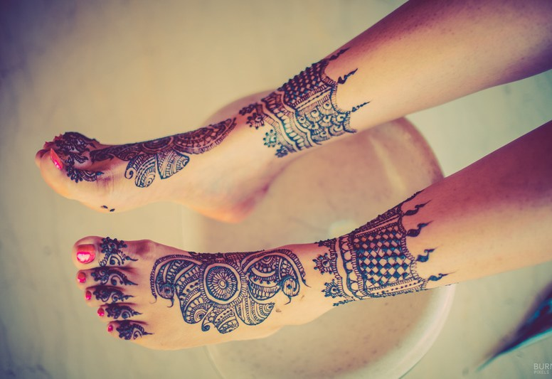 Mix-Traditional-Interesting-Feet-Mehendi-Design-Idea