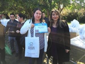 Seremi de Energia Alicia Barrera entregando un Kit de ampolletas de bajo consumo.
