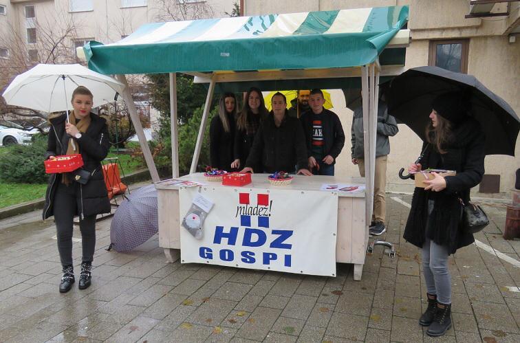 Mladež HDZ-a Gospić dariva građane povodom blagdana svetoga Nikole