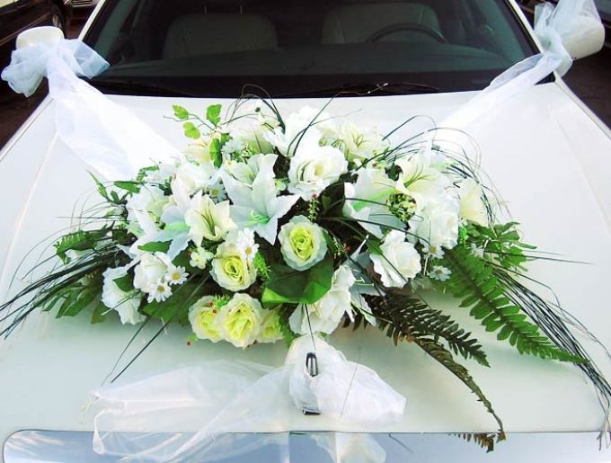Flowers and bouquets on the wedding car do it yourself