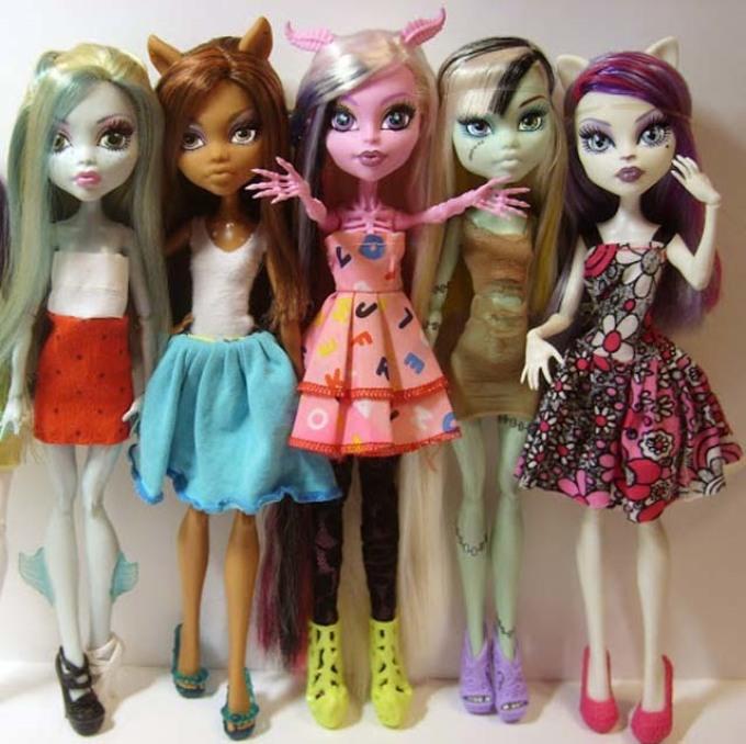 Куколки монстр хай в самодельных платьях.