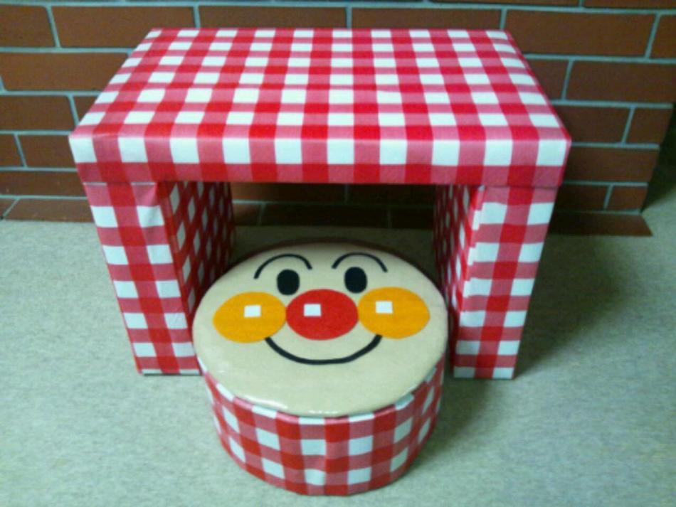 Стол для кукол, оклеенный обоями или самоклеящейся пленкой
