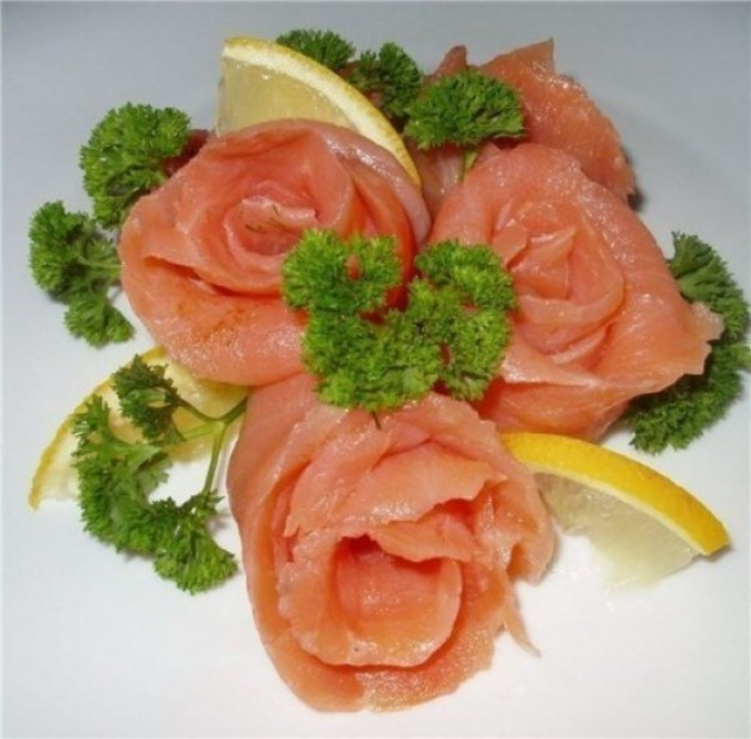 Оригинальное оформленное рыбного блюда розами