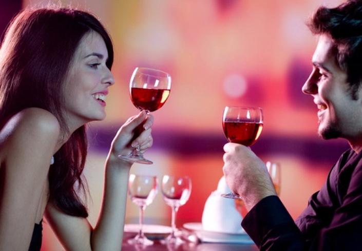 あなたの眼鏡の少しのワインのグラスに小さな男を追加してください。