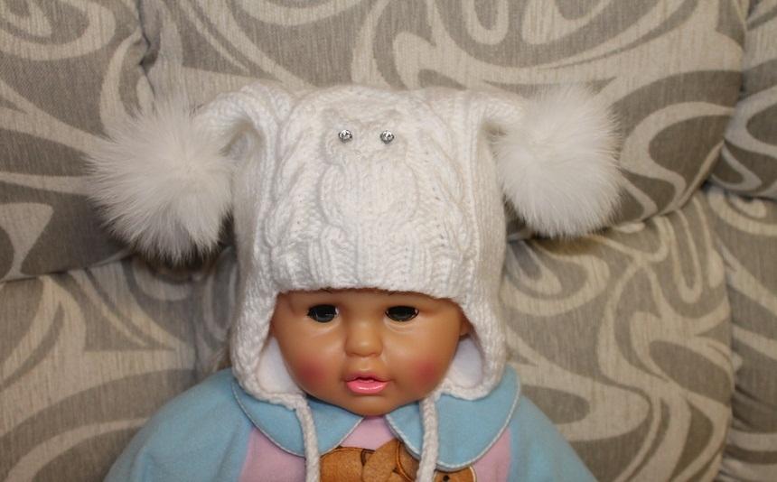 Na garota vestindo um chapéu branco, malha por um padrão de favo de mel