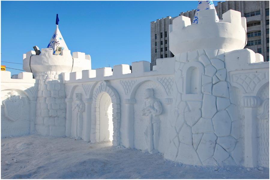 来自雪的高堡垒,由专业雕塑家进行