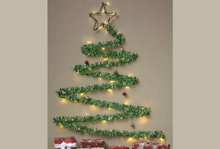 Uudenvuoden keinotekoinen joulukuusi Tinselistä seinällä omalla kädellään