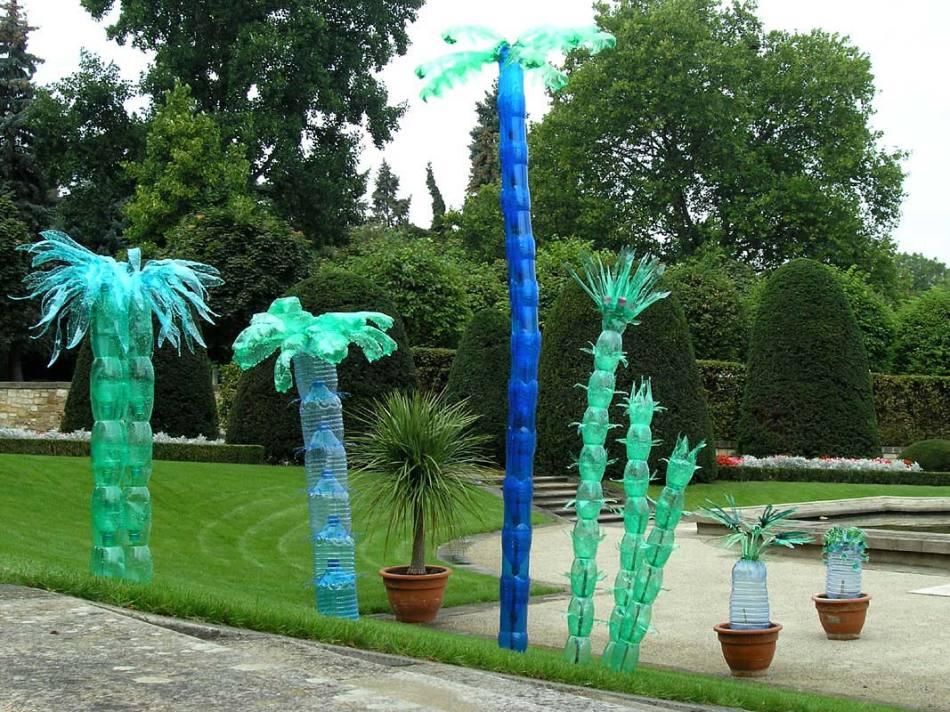 Пальмы из пластиковых бутылок, которые не стилизованы под настоящие деревья