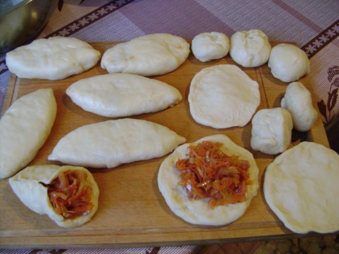 Как правильно лепить пирожки из дрожжевого и слоеного теста с начинкой для жарки на сковороде: пошаговая инструкция