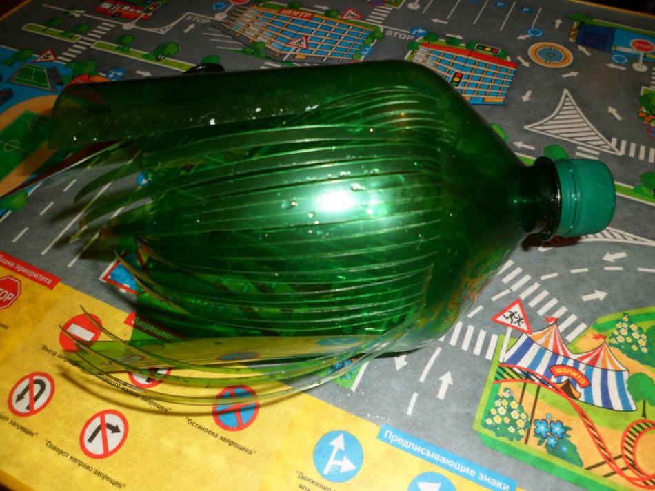 Для пальмы из пластиковых бутылок полоски нарезаются вдоль бутылки