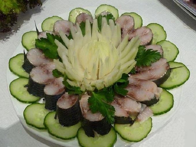 Рыбное блюдо в виде лилии