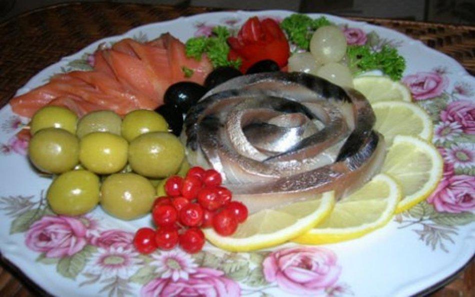 Красивая сервировка рыбного ассорти