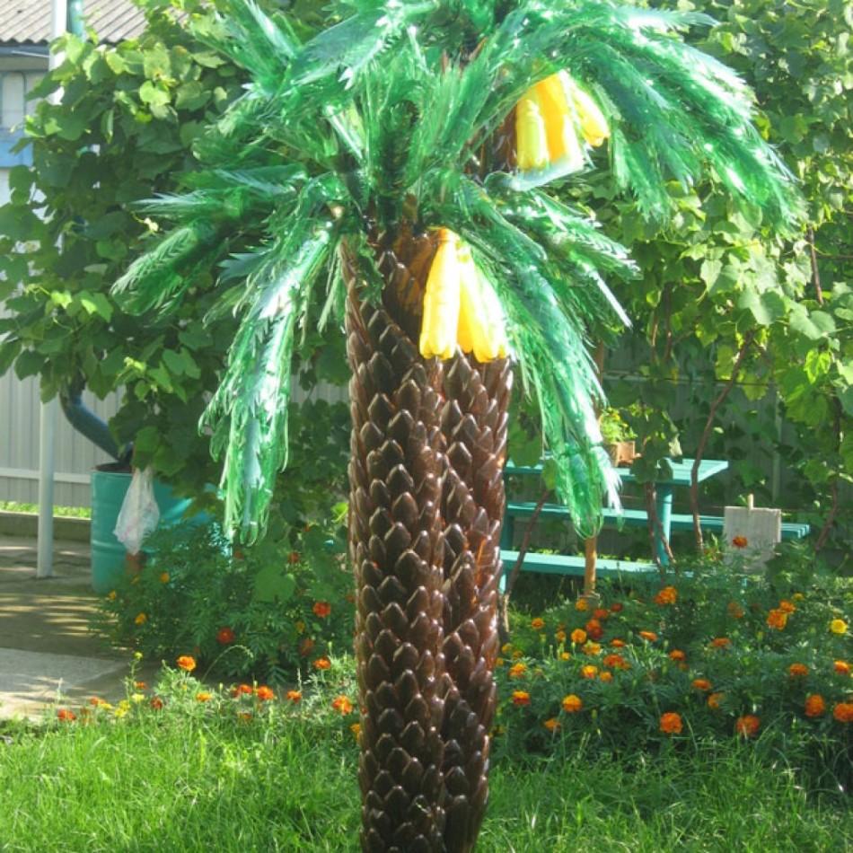 Вот такой получается большая пальма из пластиковых бутылок