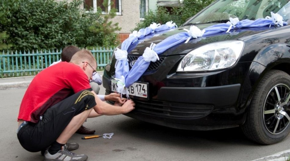 How to decorate auto ribbons for a wedding with your own hands?