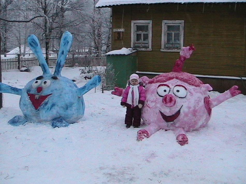 从雪附近的雪地里的smeshariki的数字