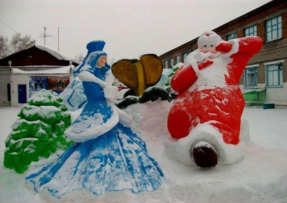 快乐的雪少女和圣诞老人从雪