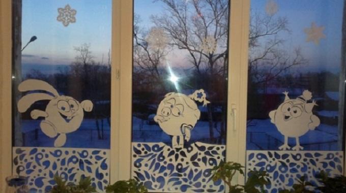 Терезелерді Жаңа жылға шығару: Смешариковтың жаңа жылдық суреттері