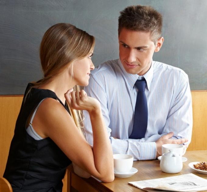 男があなたに興味を持っていることを理解するのは難しくありません
