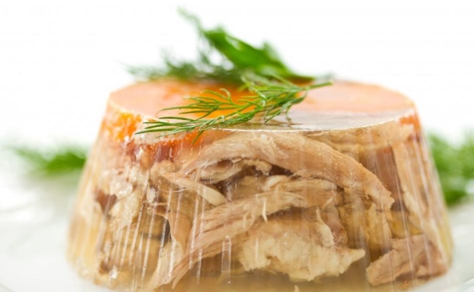 В мясной холодец желатин добавляют обязательно.