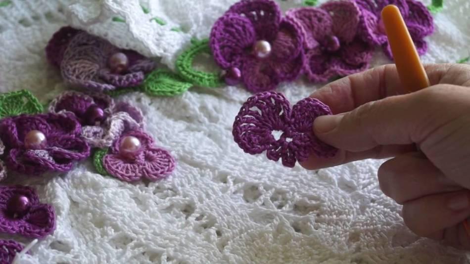 Hur man virkar en servett med blommor, violer