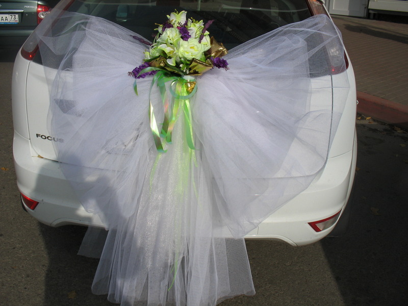 How to decorate the car with ribbons with your own hands?