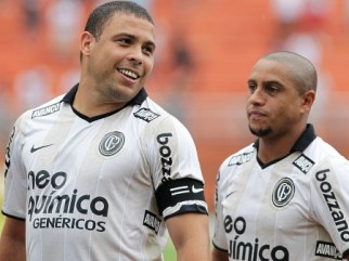 Ronaldo(E) e Roberto Carlos(D), jogadores do Corinthians, durante partida contra o Noroeste, válida pela terceira rodada do Campeonato Paulista 2011. - 23/01/2011- Foto: Wagner Carmo