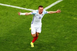 LENS, FRANCE - JUNE 16: Jamie Vardy of England celebrates scoring England's first goal during the UEFA EURO 2016 Group B match between England and Wales at Stade Bollaert-Delelis on June 16, 2016 in Lens, France. (Photo by Clive Rose/Getty Images)
