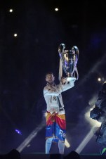 Sergio presents the cup