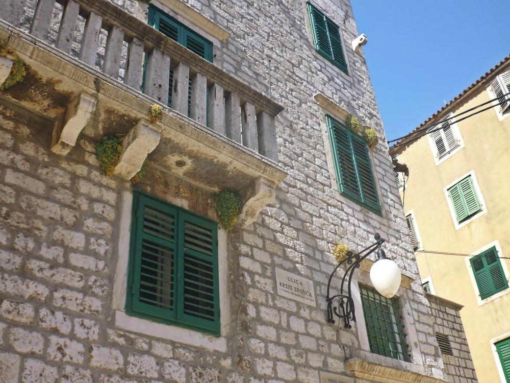 Zielone okiennice - Szybenik w Chorwacji