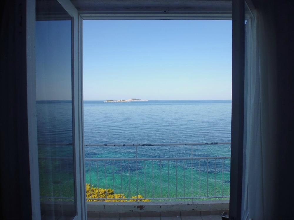 widok na Adriatyk - chorwackie morze i plaża w Plat