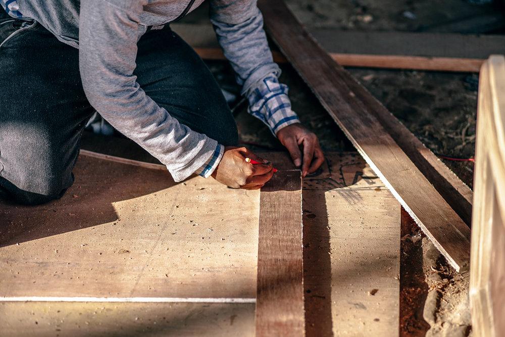 budownictwo - czy warto - budowlaniec na podłodze