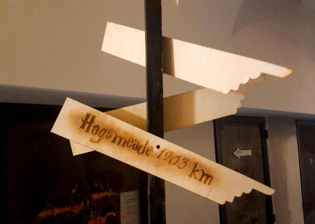 Dziórawy Kocioł w Krakowie przy Grodzkiej 50 - wejście do kawiarni w klimacie Pottera
