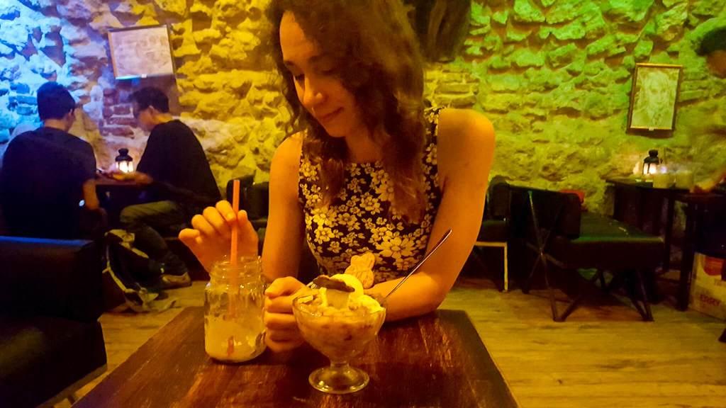 Kremowe Piwo i złoty znicz w kawiarni w stylu Harry'ego Pottera - Dziórawy Kocioł w Krakowie przy Grodzkiej