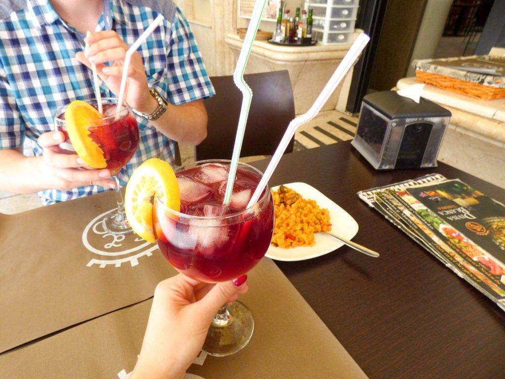 sangria - tinto de verano podczas wycieczki do Grenady w Hiszpanii