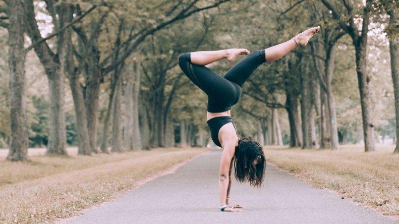 nic nie wiemy o zdrowiu - dziewczyna ćwicząca jogę