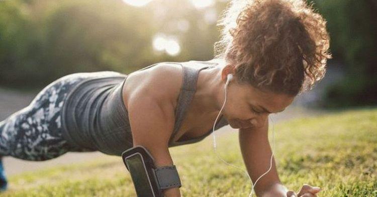 Простое упражнение планка поможет подтянуть живот за 4 минуты в день
