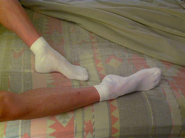 Ученые обосновали, почему людям с бессонницей следует спать в носках