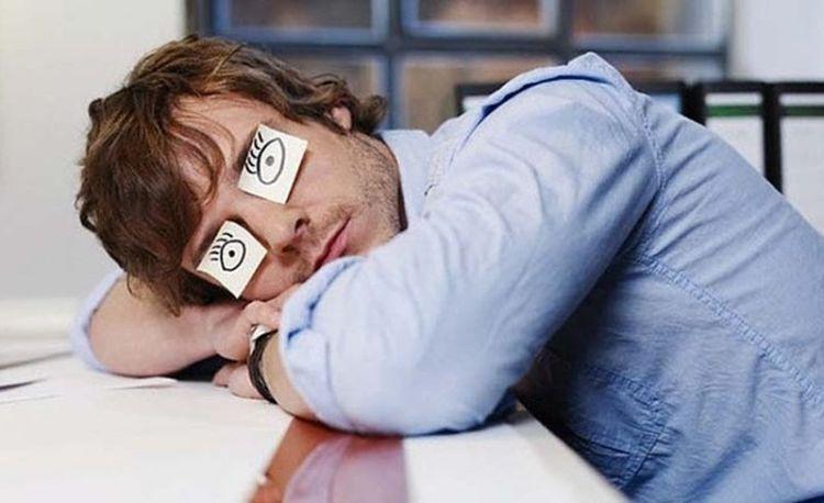 Спать сидя и не ночью: как дневной сон лечит организм и заряжает энергией