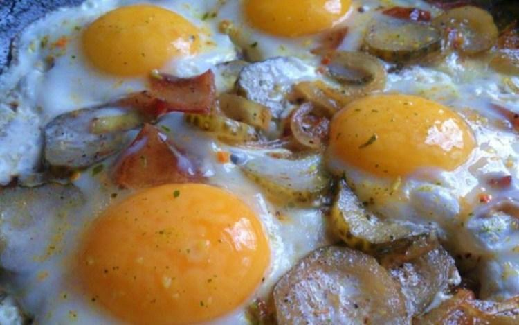Простая, но удивительно вкусная яичница-глазунья с соленым огурцом