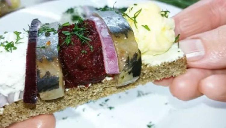 Цветные шарики с селедкой и хлебом: отличная закуска для праздничного стола