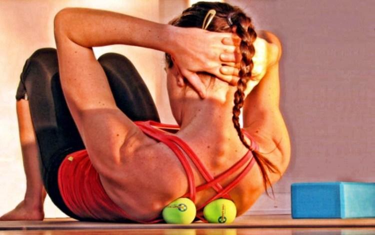 Не только спорт, но и лечение: как исцелить спину с помощью теннисного мяча