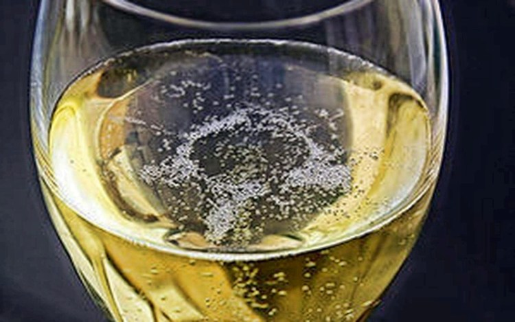 Шампанское как лекарство: 7 причин выпить на праздниках игристого
